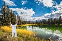 Donna, saluto di Sun sulla banca di Patricia Lake fotografie stock