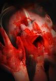 Donna sanguinante spaventosa nell'orrore Fotografie Stock Libere da Diritti