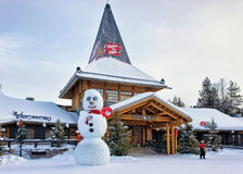 Donna in Santa Claus Village in Lapponia Scandinavia immagine stock
