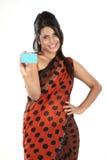 Donna in sari con la carta di credito Fotografie Stock