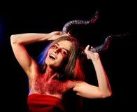 Donna satan pazza rituale di magia nera nell'inferno su Halloween Fotografia Stock Libera da Diritti