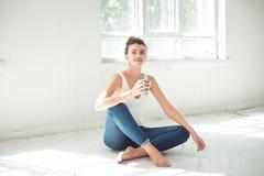 Donna scalza attraente che si rilassa sul pavimento Immagini Stock Libere da Diritti