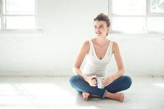 Donna scalza attraente che si rilassa sul pavimento Immagine Stock