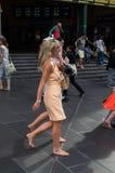 Donna scalza che ritorna da Melbourne Cup Immagini Stock Libere da Diritti