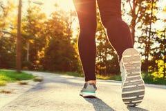 Donna in scarpe da corsa pronte per un trotto fuori fotografia stock libera da diritti