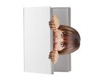 Donna schioccando fuori il libro in bianco della copertina rigida che sembra sorpreso spaventato isolato fotografia stock