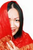 Donna in scialle di seta rosso Fotografia Stock Libera da Diritti