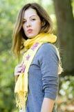 Donna in sciarpa gialla Immagini Stock