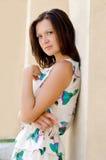 Donna scoraggiata che si appoggia su una parete Fotografia Stock