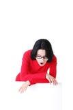 Donna scossa che tiene scheda in bianco Immagini Stock Libere da Diritti
