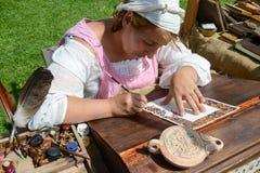 Donna scribacchiata che sta disegnando una pittura al castello di Castelgrande Immagini Stock Libere da Diritti