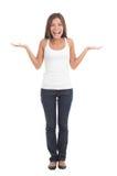 Donna scrollante le spalle felice Fotografia Stock Libera da Diritti
