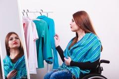 Donna in sedia a rotelle immagini stock