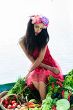 Donna seducente che si siede in una barca Fotografia Stock Libera da Diritti
