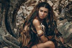Donna selvaggia di amazon in foresta Immagini Stock Libere da Diritti