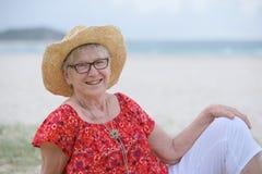 donna senior alla spiaggia Fotografia Stock