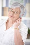 Donna senior allegra che parla sul cellulare Fotografie Stock Libere da Diritti