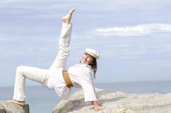 Donna senior allegra sportiva attiva all'aperto Immagini Stock