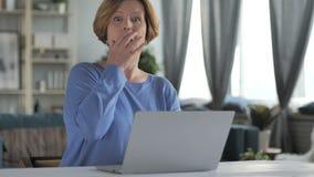 Donna senior anziana stupita e sorpresa che si domanda sul lavoro stock footage
