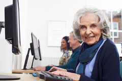 Donna senior che assiste alla classe del computer immagini stock