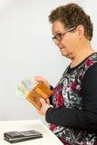 Donna senior che conta euro soldi Immagini Stock Libere da Diritti