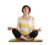 Donna senior che fa esercizio di yoga Fotografia Stock