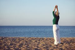 Donna senior che fa esercizio di yoga Immagini Stock Libere da Diritti