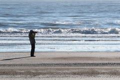 Donna senior che fa fotografia su una spiaggia in Florida fotografie stock libere da diritti