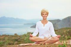 Donna senior che fa gli esercizi di yoga Fotografia Stock Libera da Diritti