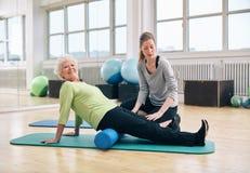 Donna senior che fa i pilates con il rullo della schiuma Immagini Stock Libere da Diritti