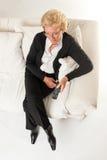 Donna senior che guarda TV Fotografie Stock Libere da Diritti