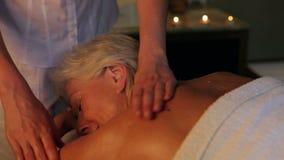 Donna senior che ha massaggio in stazione termale archivi video