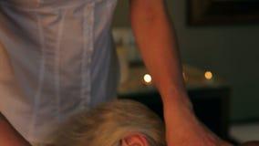 Donna senior che ha massaggio in stazione termale video d archivio