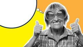 Donna senior che indossa i grandi occhiali da sole che fanno azione funky, collage di arte Fotografia Stock