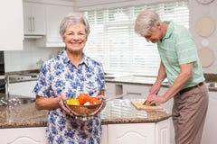 Donna senior che mostra colapasta delle verdure Fotografia Stock