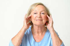 Donna senior che mostra il suo fronte, effetto di invecchiamento Fotografie Stock
