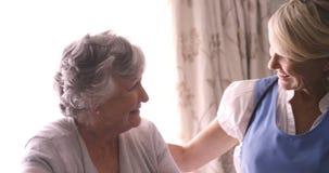 Donna senior che parla con medico femminile archivi video
