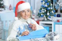 Donna senior che prepara per il Natale Fotografia Stock