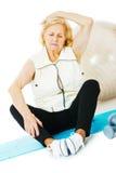 Donna senior che si esercita sulla stuoia Fotografie Stock Libere da Diritti