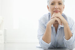 Donna senior che si trova sul pavimento Immagine Stock Libera da Diritti
