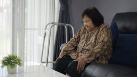 Donna senior che soffre dal dolore in ginocchia video d archivio