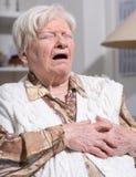 Donna senior che soffre dall'attacco di cuore fotografie stock libere da diritti