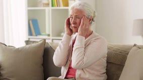 Donna senior che soffre dall'emicrania video d archivio