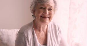 Donna senior che sorride a casa archivi video