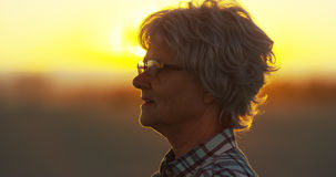 Donna senior che sta sulla spiaggia Fotografia Stock Libera da Diritti