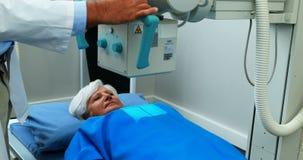 Donna senior che subisce una prova dei raggi x video d archivio