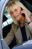Donna senior che telefona alla ruota Fotografia Stock