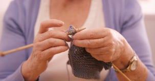 Donna senior che tricotta una lana video d archivio