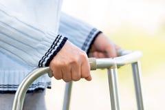 Donna senior che usando un camminatore Fotografie Stock Libere da Diritti