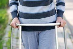 Donna senior che usando un camminatore fotografia stock libera da diritti